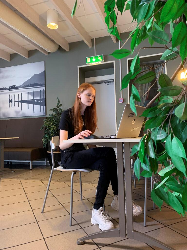 elev vid skrivbord med laptop